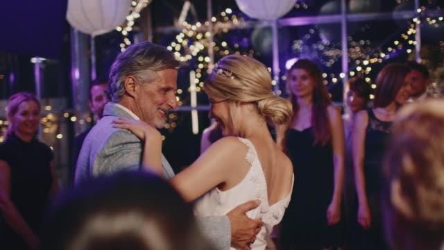 vídeos de stock, filmes e b-roll de pai e noiva que fazem a dança de salão de baile no casamento - casamento