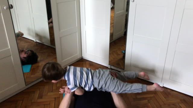 집에서 운동하는 아버지와 아이 - 재미 스톡 비디오 및 b-롤 화면