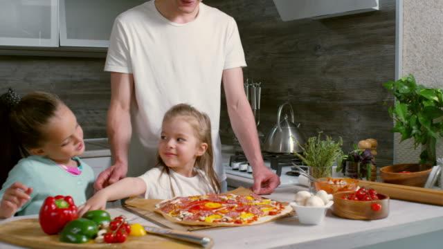 vater und kinder machen pizza zu hause - selbstgemacht stock-videos und b-roll-filmmaterial