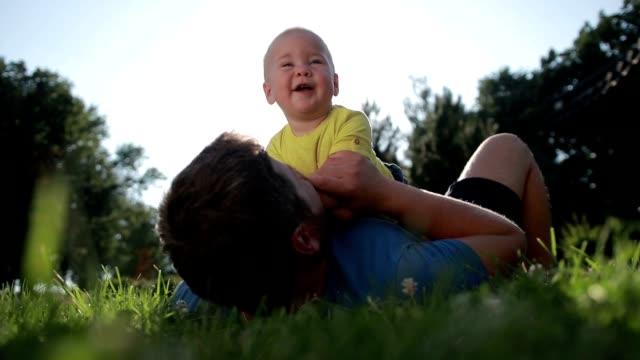 stockvideo's en b-roll-footage met vader en zoon van de schattige peuter bonding in de natuur - sober leven