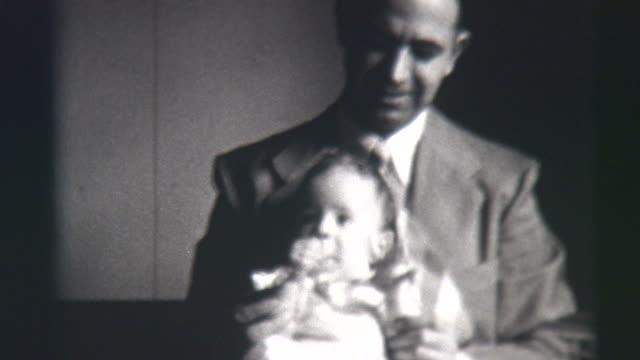 vídeos y material grabado en eventos de stock de padre e hija 1941 - corbata