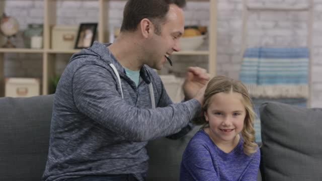 stockvideo's en b-roll-footage met vader en dochter bonding tijd - paardenstaart haar naar achteren