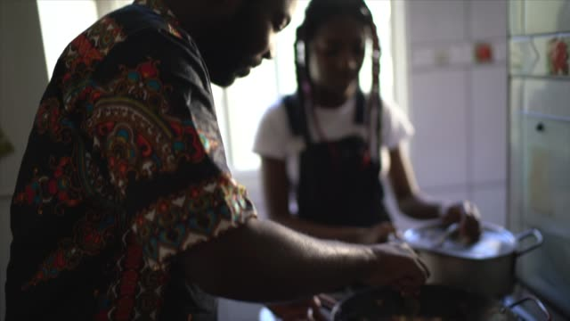padre e figlia cucinano a casa - padre single video stock e b–roll