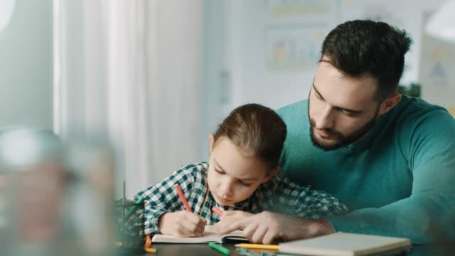 ojciec i córka robią razem pracę domową - praca domowa filmów i materiałów b-roll