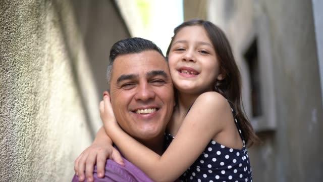vídeos de stock, filmes e b-roll de pai e filha abraçados em casa - dia dos pais