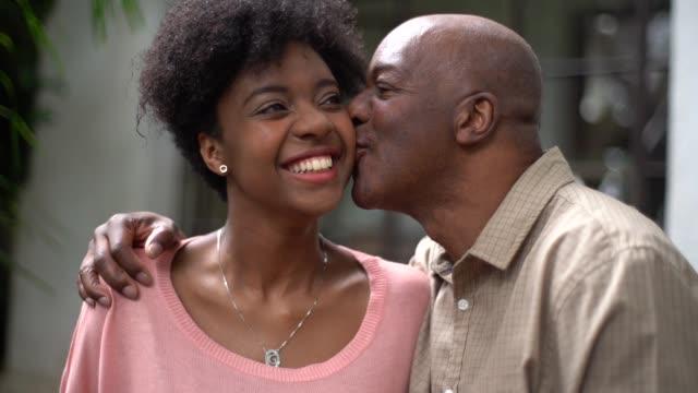 vídeos de stock, filmes e b-roll de pai e filha abraçando - fathers day