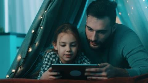 baba ve kızı evde temt zevk - kızlar stok videoları ve detay görüntü çekimi