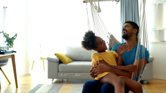 far och dotter har några roliga tider under karantän. - blue yellow band bildbanksvideor och videomaterial från bakom kulisserna