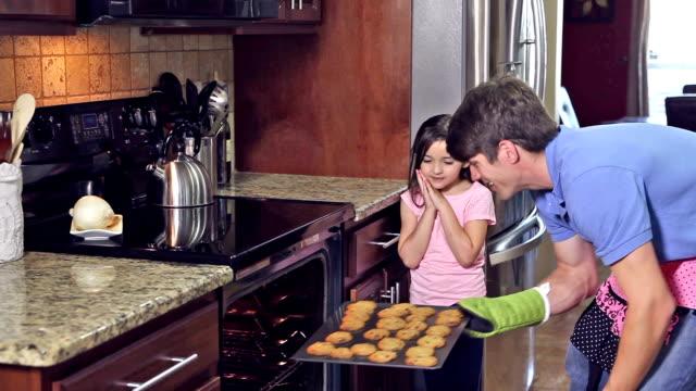 父と娘は取り出しオーブンのクッキー ビデオ