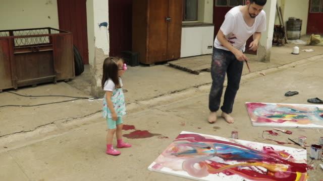 vídeos de stock, filmes e b-roll de momento pai e filha - arte e artesanato assunto