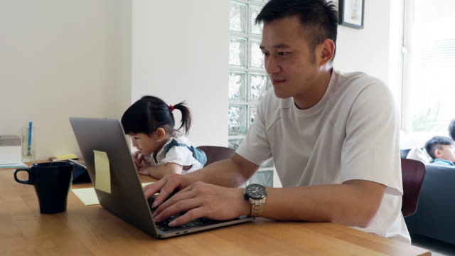 stockvideo's en b-roll-footage met vader en dochter samenwerken thuis - oost azië