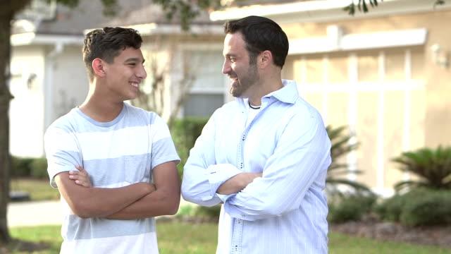 Baba ve genç oğlu onların ev dışında duran video