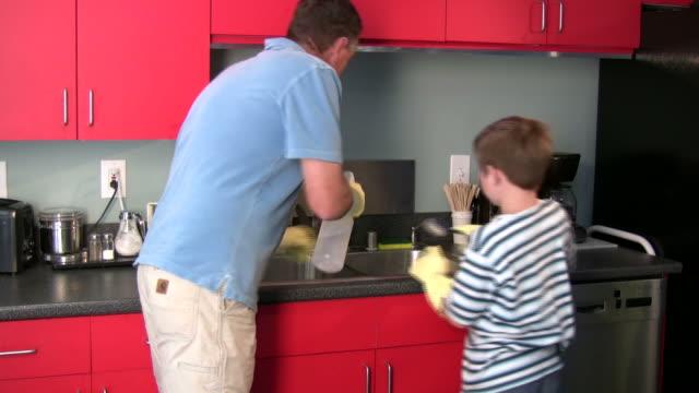 (HD1080i) Padre e hijo conjunto de limpieza - vídeo