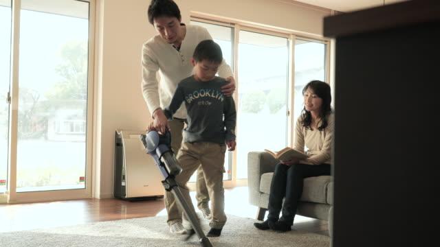 Vater und Sohn mit einem Staubsauger gereinigt – Video