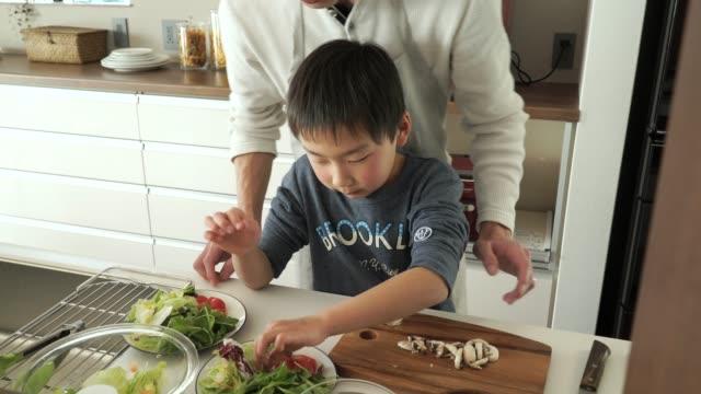 父と息子のカティング、マッシュルーム、ナイフ - 父親点の映像素材/bロール