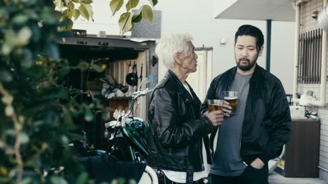 far och son dricker öl framför motorcykelgaraget - 35 39 år bildbanksvideor och videomaterial från bakom kulisserna