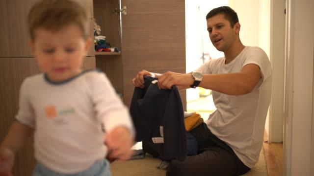 Padre e hijo prepara - vídeo