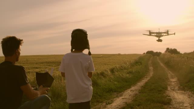 ws の父と息子、ドローンを正常に着陸後ハイタッチを与える - 息子点の映像素材/bロール