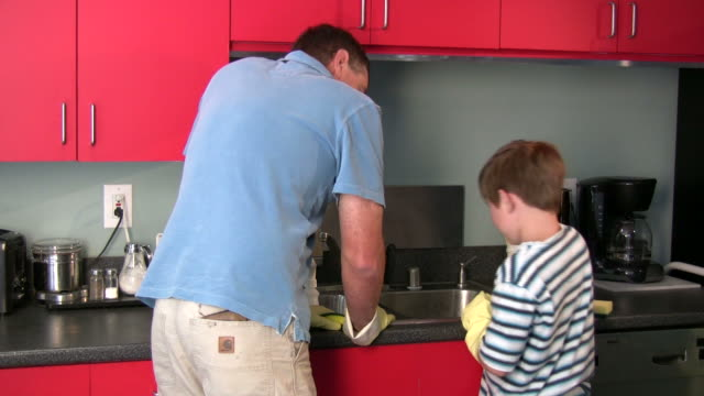 (HD1080i) Padre e hijo en la cocina - vídeo