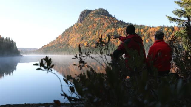 vidéos et rushes de 4k père et fils en automne nature paysage, québec, canada - chasser