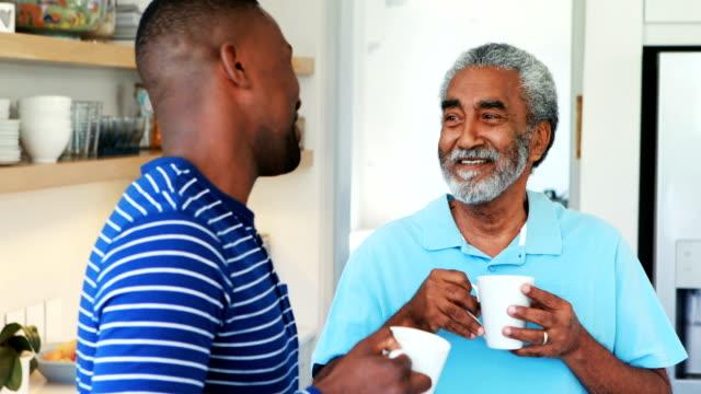 Père et fils, interagissent entre eux dans la cuisine - Vidéo