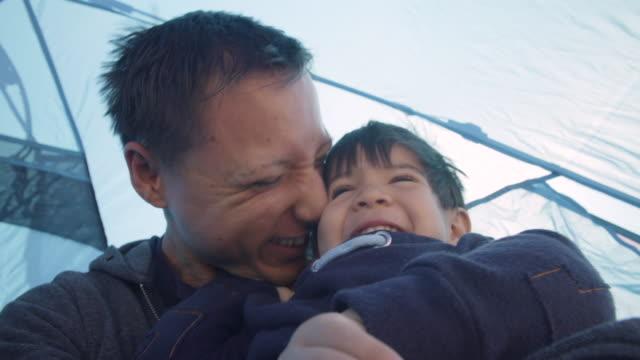 father and son laughing togethe - ocean spokojny filmów i materiałów b-roll