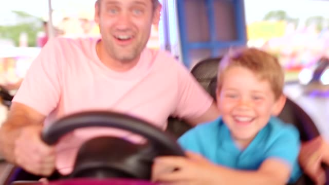 padre e figlio amano le dodgem cars - luna park video stock e b–roll