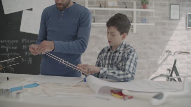 Père et fils, faire une peinture bleue - Vidéo