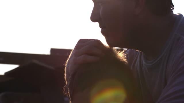Padre e figlio-disastro naturale silhouette - video