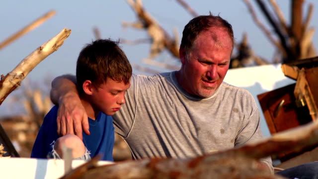 父と息子の自然災害 - ダメージ点の映像素材/bロール