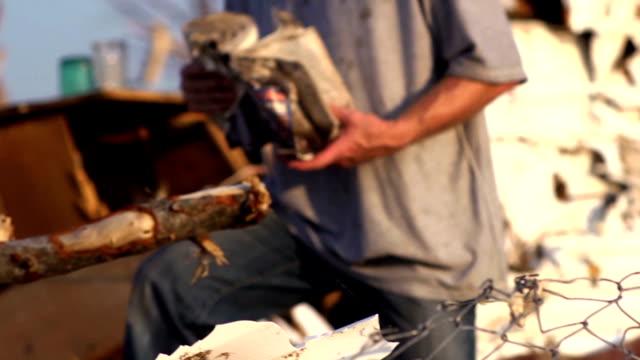 vídeos y material grabado en eventos de stock de padre e hijo-catástrofe natural - tornado