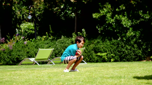 Vater und Sohn spielen cricket – Video