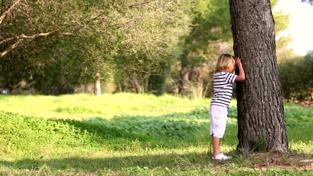 Pai e filho brincando de esconde-esconde ao ar livre - vídeo