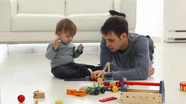Pai e filho jogando - vídeo