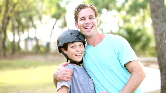 父と息子のスケート ボードに乗って - 息子点の映像素材/bロール