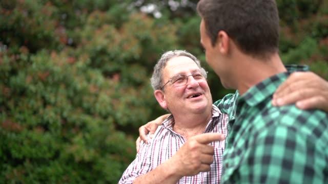 父と息子の歌 - 親族会点の映像素材/bロール