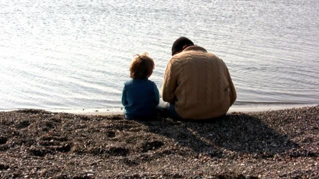vídeos de stock e filmes b-roll de pai e filho sentado em conjunto - separação