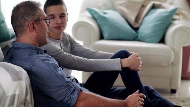 far och son umgås tillsammans hemma - förälder bildbanksvideor och videomaterial från bakom kulisserna
