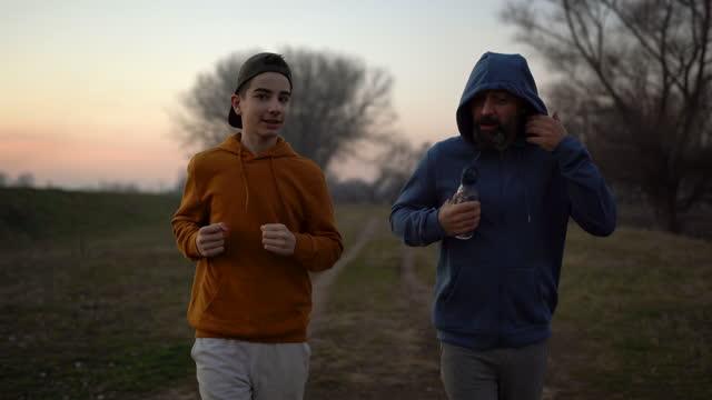 far och son tillbringar helgdagen i naturen - enbarnsfamilj bildbanksvideor och videomaterial från bakom kulisserna