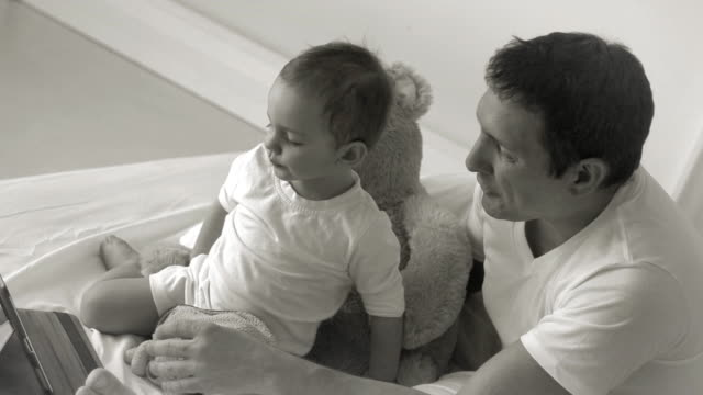 Padre e hijo tableta en la cama - vídeo
