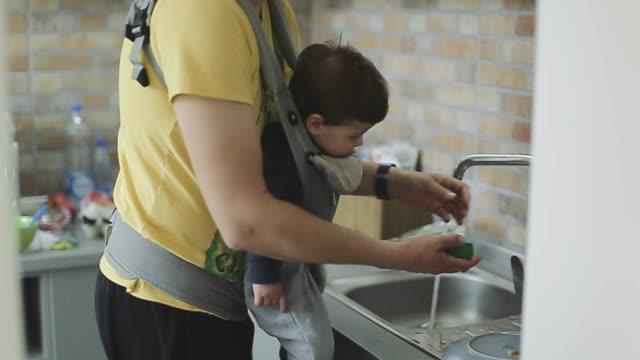 Vater und Sohn Waschen Geschirr in der Spüle – Video