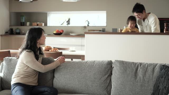 父と息子のお料理を洗浄 - 家族 日本人点の映像素材/bロール