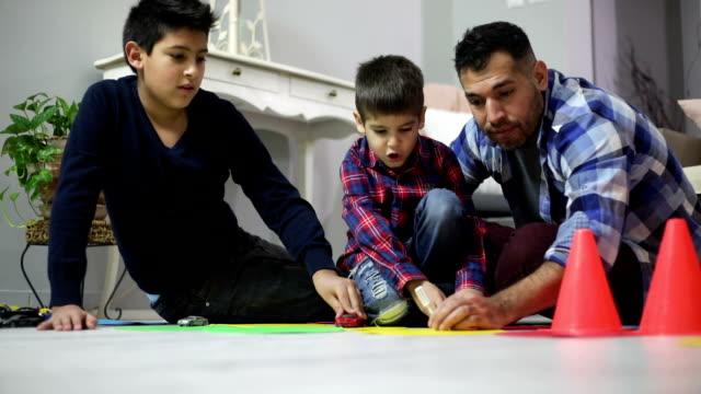 父と息子が一緒に遊ぶ ビデオ