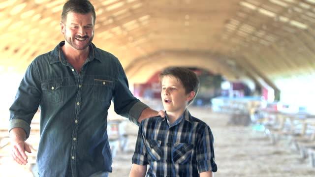 far och tonåring son möta, promenera bort tillsammans, pratar - parent talking to child bildbanksvideor och videomaterial från bakom kulisserna