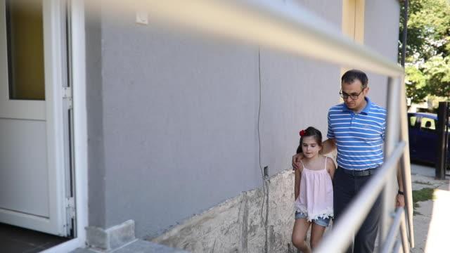 vídeos y material grabado en eventos de stock de padre llevando a su hija a la escuela - regreso a clases