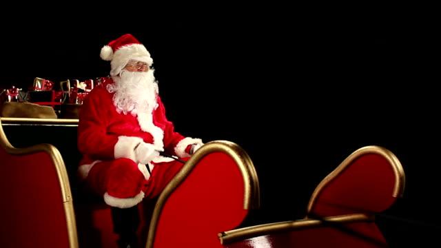 hd dolly: father christmas winkt aus dem schlitten - nikolaus stiefel stock-videos und b-roll-filmmaterial