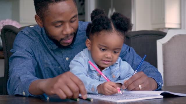 vídeos de stock, filmes e b-roll de coloração do pai com sua filha - fathers day