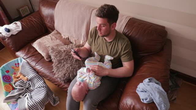 Padre consolando a bebé - vídeo