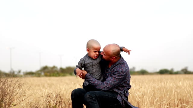 Padre di suo figlio all'aperto e confortevole - video