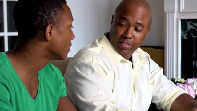 Padre y adolescente felicita a su hijo acepta - vídeo